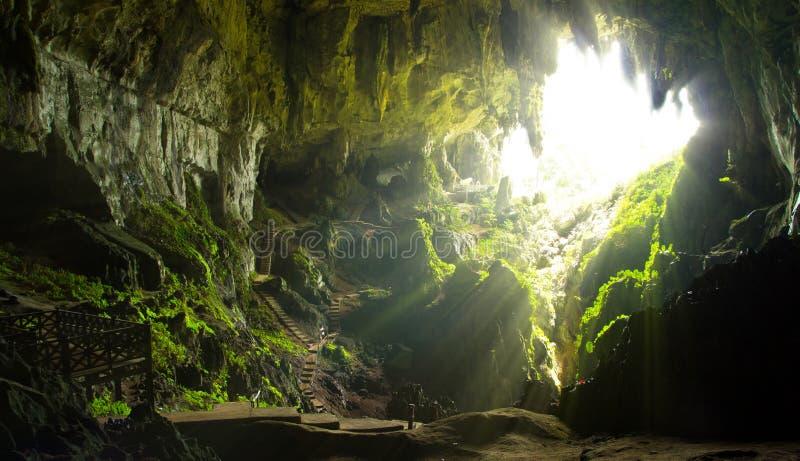 Grotta som skjutas av Borneo i Asien royaltyfri bild