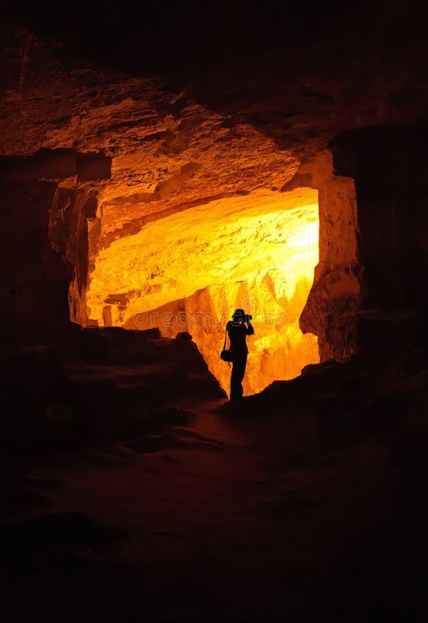 grottafotografsilhouette arkivfoton
