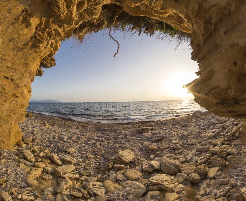 Grottahål på strandhavssolnedgången i Preveza Grekland fotografering för bildbyråer