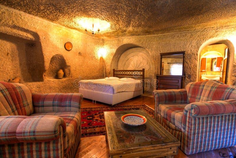 Grottahotellvardagsrum royaltyfria bilder