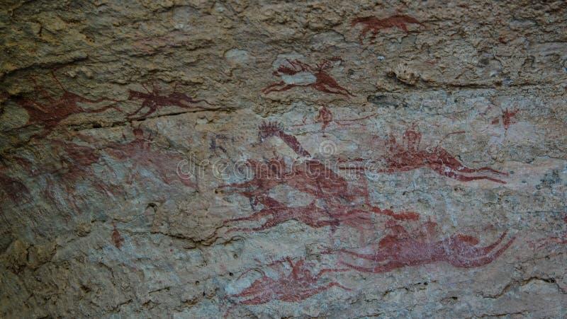 Grottamålningar och petroglyphs i hästar för Terkei grottaaka flyg, Ennedi, Tchad royaltyfri fotografi