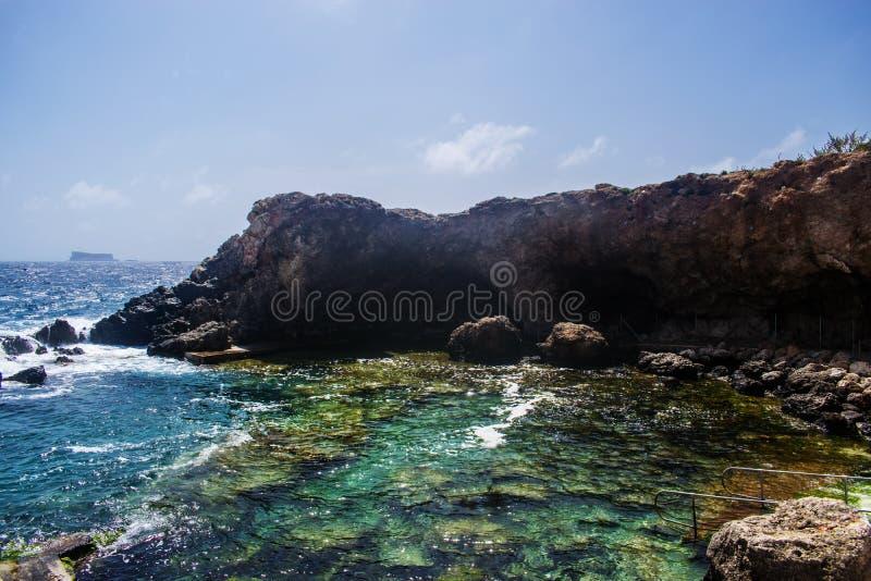 Grottan av Ghar Lapsi i Siggiewi, Malta royaltyfri foto