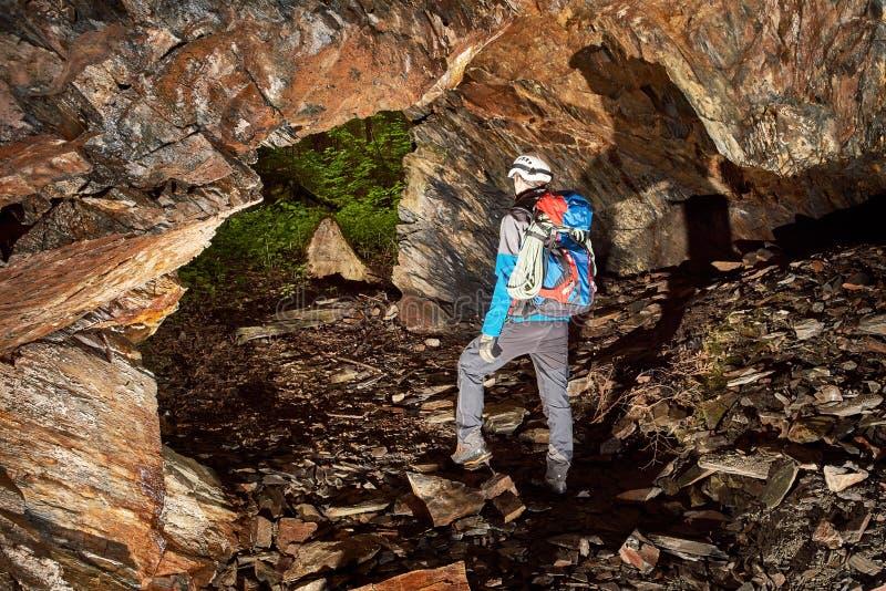 Grottautforskning med hjälmen och billyktan arkivfoton