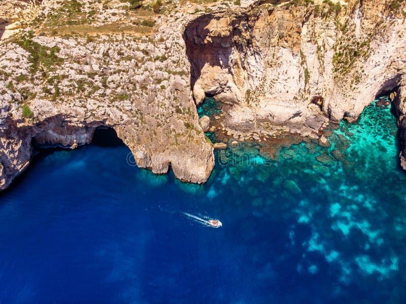 Grotte bleue ? Malte Vue supérieure aérienne de la mer Méditerranée photographie stock libre de droits