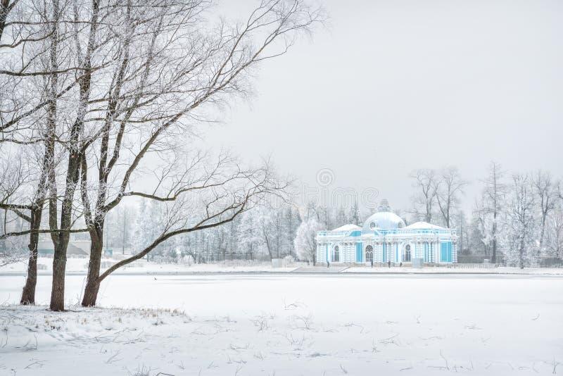Grotte de pavillon dans Tsarskoe Selo et arbres noirs photos stock
