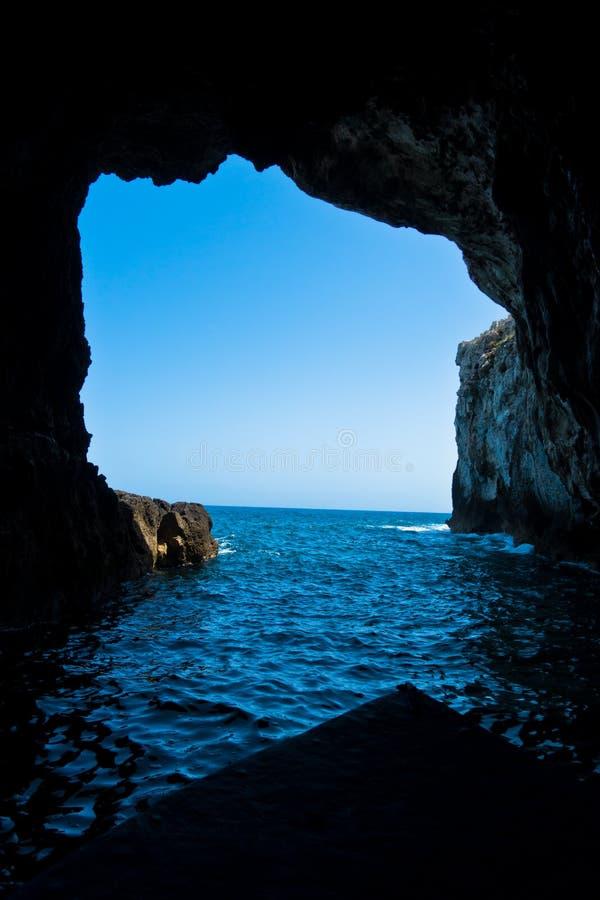 Grotte havsgrottor nära Syracuse härbärgerar på Sicilien arkivfoto