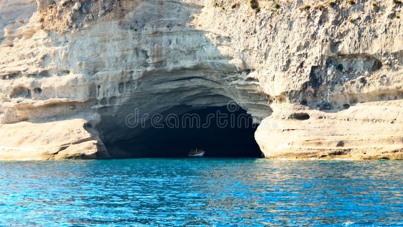 Grotte im Felsen auf der Mittelmeerküste stockfotografie