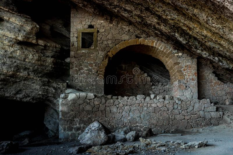 Grotte im Felsen lizenzfreie stockfotos