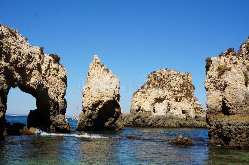 Grotten von Lagos-Ansichten (Algarve - Portugal) stockfoto