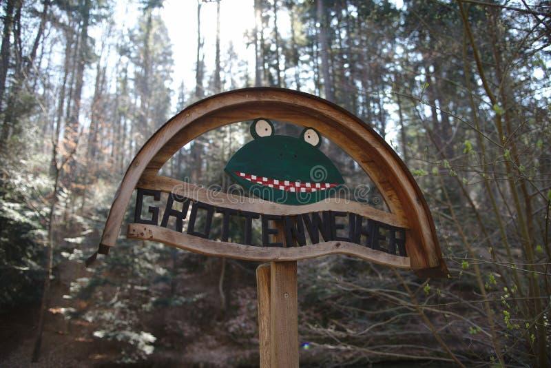 Grottenweiher的滑稽的青蛙标志在弗莱堡附近的 库存照片