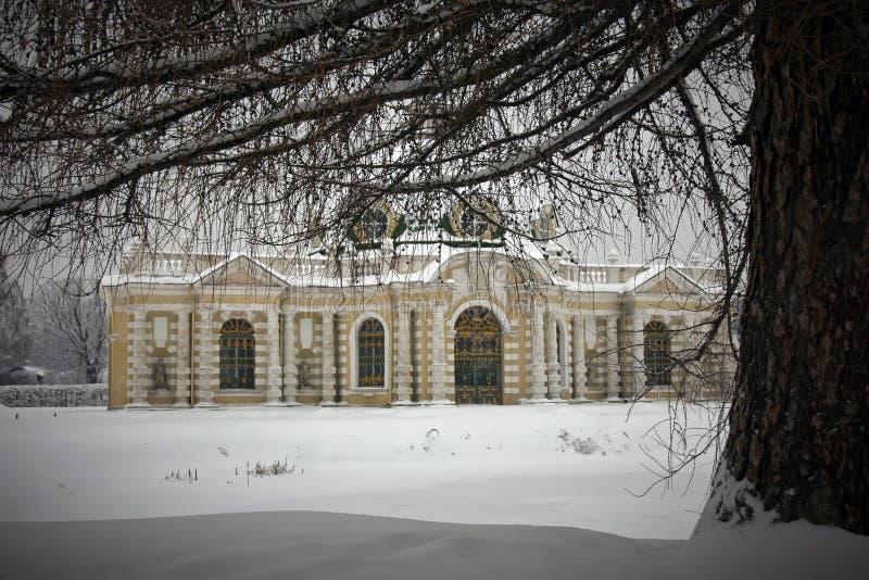 Download Grottepavillion in Kuskovo stockbild. Bild von bewölkt - 9075771