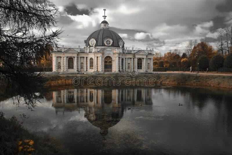 Download Grottepavillion in Kuskovo stockfoto. Bild von leuchte - 9075784
