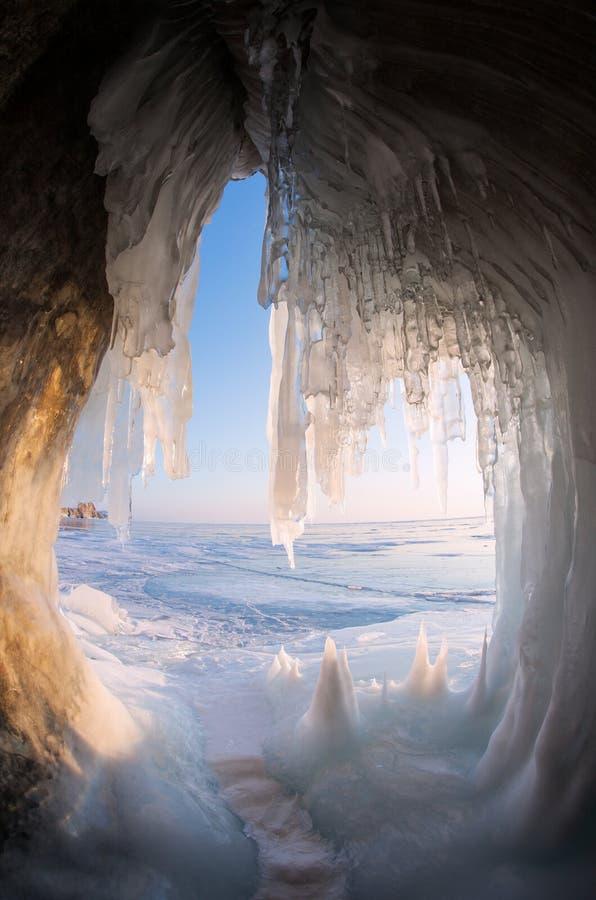 Grottes de glace sur le rivage du lac Baïkal photos stock