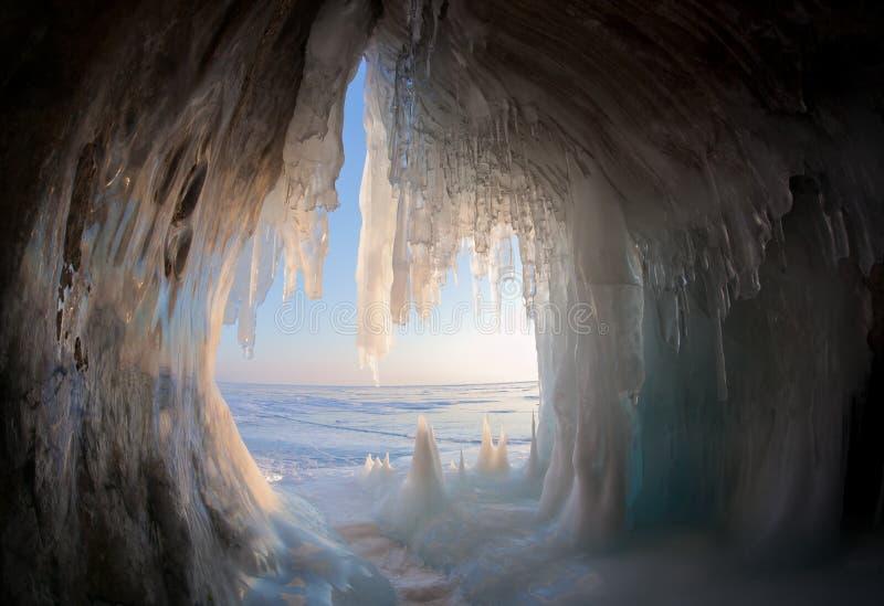 Grottes de glace sur le rivage du lac Baïkal photographie stock