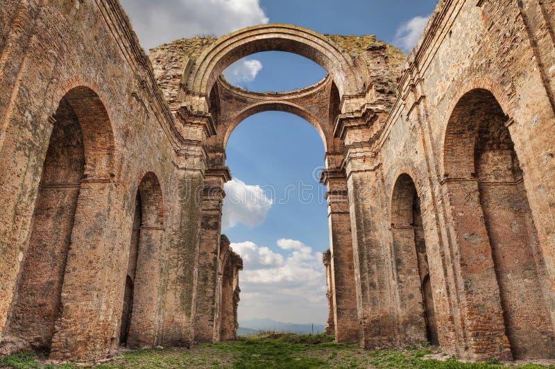 Grottole, Matera, Базиликата, Италия: руины старого ch стоковые фотографии rf