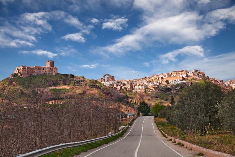 Grottole, Matera, Basilicata, Itália: a cidade do monte e o t antigos imagens de stock royalty free