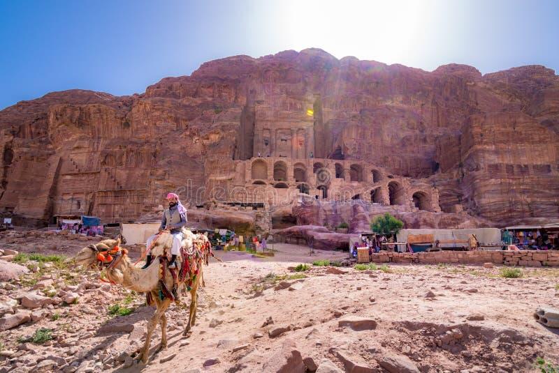 Grottor i sandstenar, kolonner och fördärvar av den forntida beduinstaden av Petra, Jordanien arkivfoton