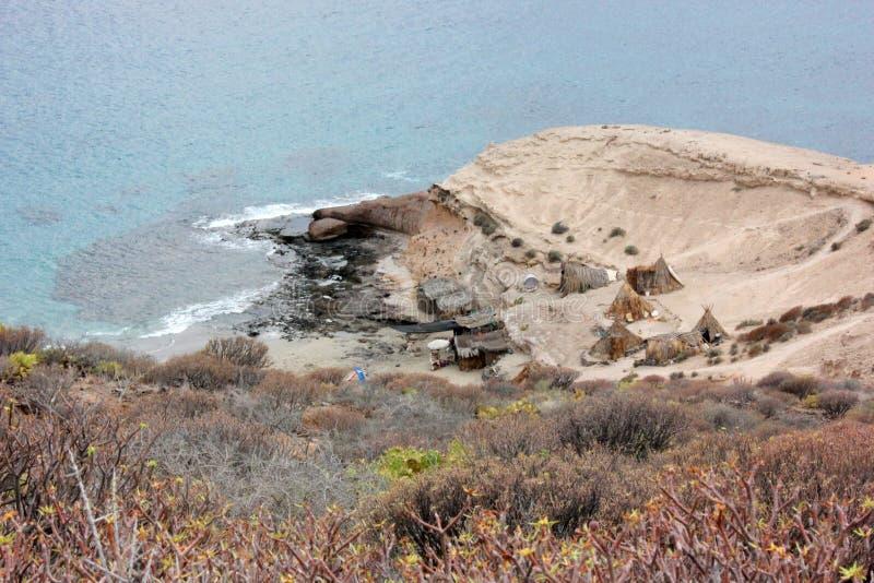 Grottor och sugrörkojor, liv på stranden royaltyfria foton