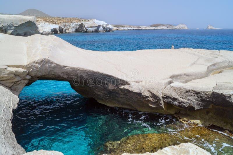 Grottor och vaggar bildande vid havet på Sarakiniko område på Milos arkivfoton