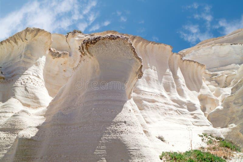 Grottor och vaggar bildande vid havet på Sarakiniko område på Milos royaltyfria foton
