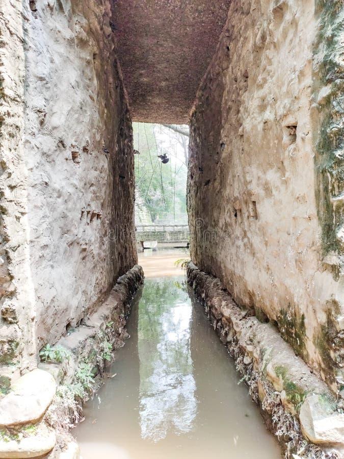 grotttypstruktur i vatten i stenträdgården i Chandigarh, Indien Nek Chand startade trädgården 1957 arkivbilder