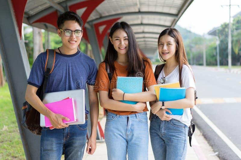 Grou junto de sorriso asiático do retrato dos estudantes imagens de stock