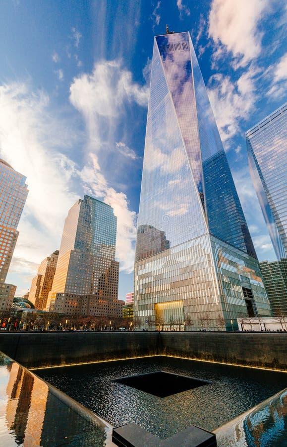 Ground zerominnesmärke med en World Trade Center i backgrouen royaltyfri fotografi