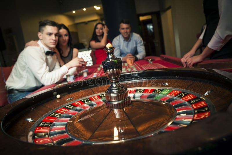 group playing roulette στοκ φωτογραφία