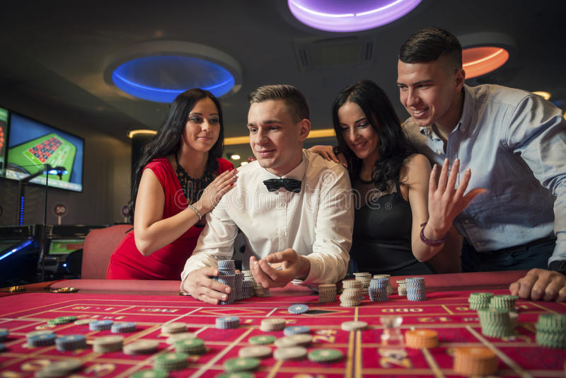 group playing roulette στοκ εικόνες