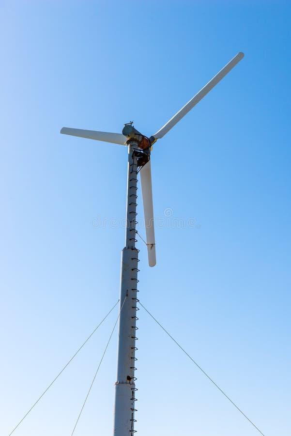 Groupe électrogène de moulin à vent contre image libre de droits