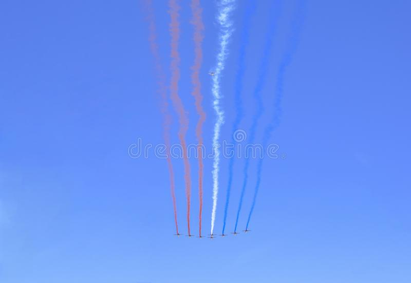Groupe acrobatique aérien de l'Armée de l'Air dessinant tricolore du chiffre français de drapeau dans le ciel image stock
