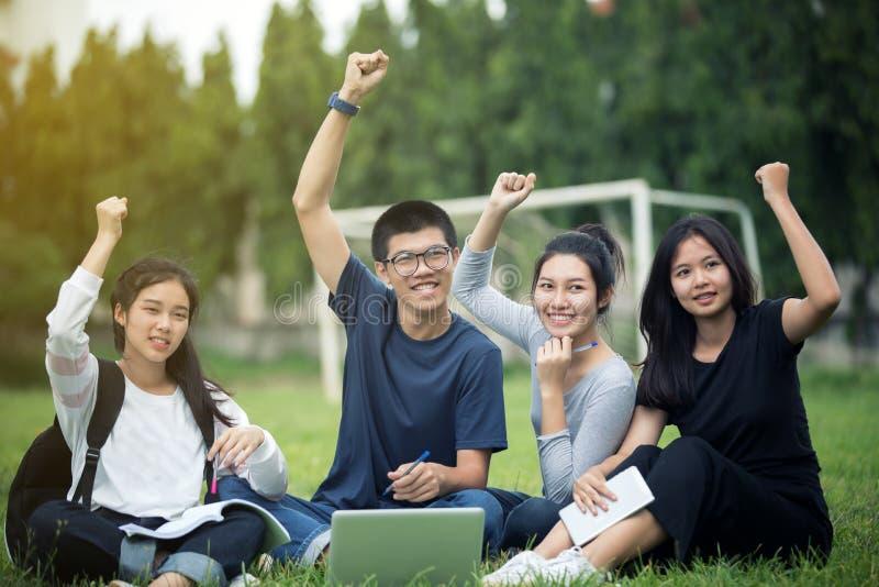 Groupe asiatique de succès d'étudiants et de concept de gain - thé heureux photos stock