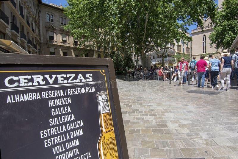 Groupe avec le guide touristique dans la vieille ville Palma image libre de droits
