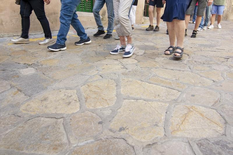 Groupe avec le guide touristique dans la vieille ville Palma photo libre de droits