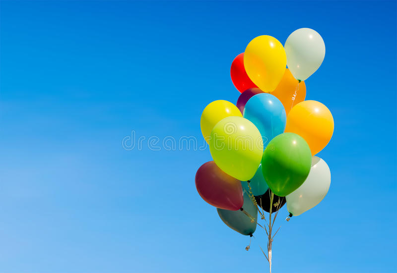 Groupe coloré de ballons d'hélium d'isolement sur le fond image stock