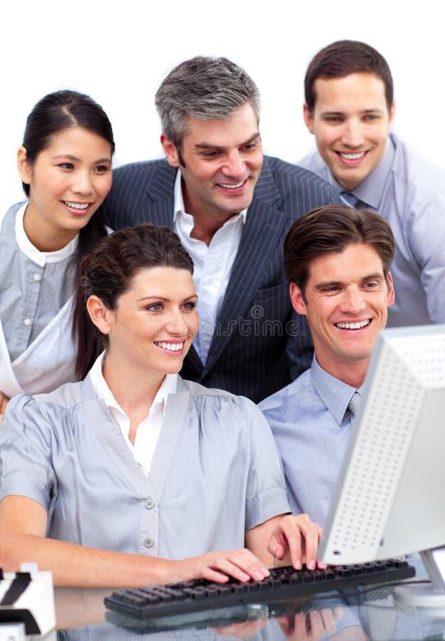 Groupe concurrentiel d'affaires travaillant à un ordinateur photos libres de droits