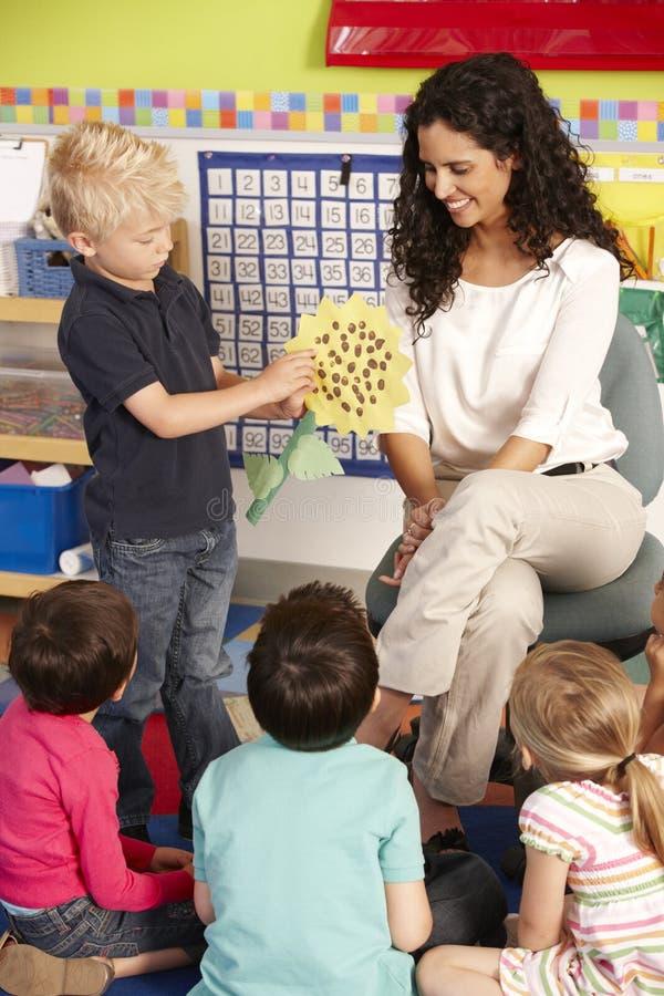 Groupe d'écoliers élémentaires d'âge dans la classe avec le professeur photos libres de droits