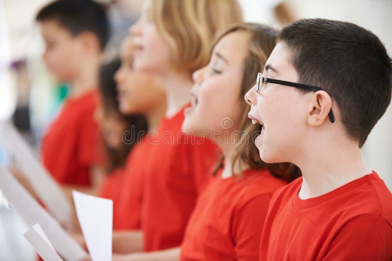 Groupe d'écoliers chantant dans le choeur ensemble images libres de droits