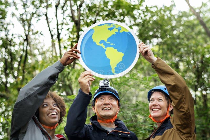 Groupe d'écologistes avec l'icône de globe images stock