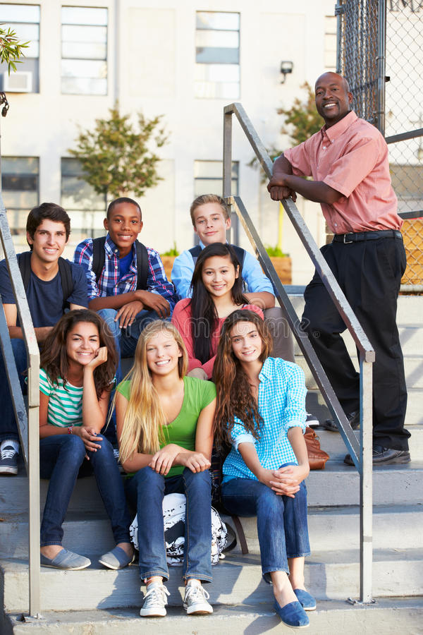 Groupe d'élèves adolescents en dehors de salle de classe avec le professeur photos libres de droits