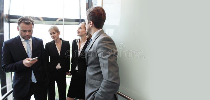 Groupe d'équipe d'affaires allant sur l'ascenseur image libre de droits