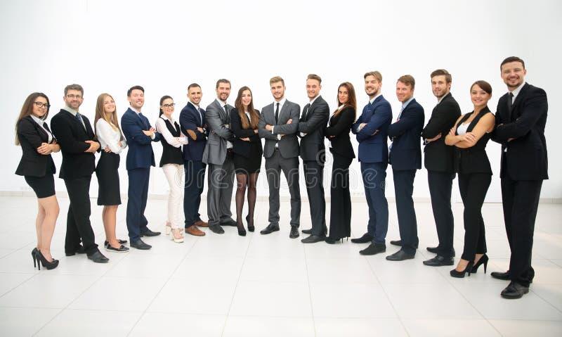 Groupe d'équipe d'affaires se tenant dans une rangée images stock