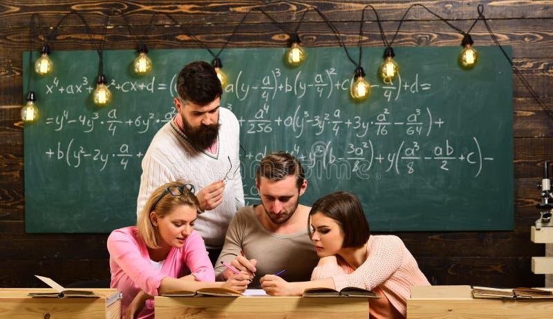 Groupe d'étude d'étudiants à l'université le groupe chasse l'éducation groupez la leçon d'école avec des couples des hommes et de images stock