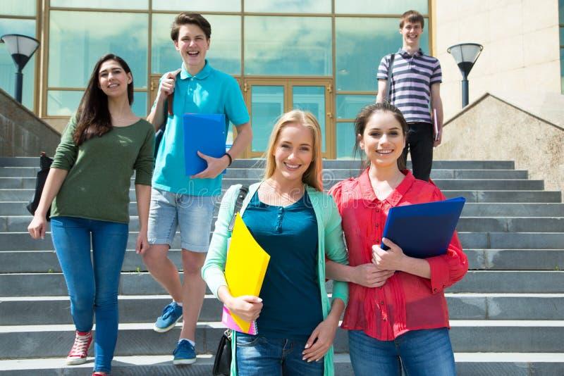 Groupe d'étudiant extérieur photo libre de droits
