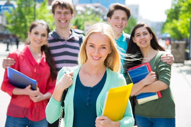 Groupe d'étudiant extérieur photographie stock libre de droits
