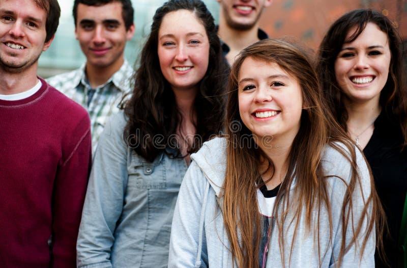 Groupe d'étudiants à l'extérieur image stock