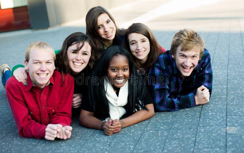 Groupe d'étudiants à l'extérieur photos libres de droits