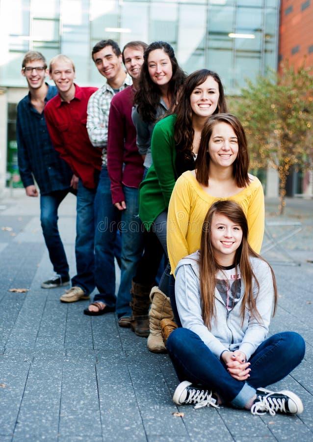 Groupe d'étudiants à l'extérieur photo stock