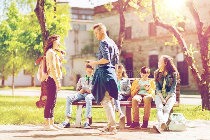 Groupe d'étudiants adolescents à la cour d'école image libre de droits