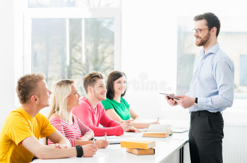 Groupe d'étudiants adolescents étudiant à la leçon dans la salle de classe photographie stock libre de droits